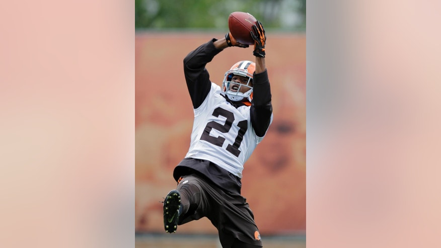 Cleveland Browns cornerback Justin Gilbert makes a catch during practice at the NFL football team's facility in Berea, Ohio Wednesday, Oct. 8, 2014. The rookie cornerback was benched last week at Tennessee and the No. 8 overall pick has had a rough NFL introduction. (AP Photo/Mark Duncan)