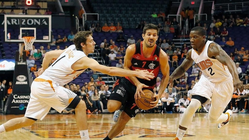 Flamengo guard Nicolas Laprovittola (7), center, of Argentina, drives agaisnt Phoenix Suns guard Goran Dragic (1), left, and Eric Bledsoe (2) in the first quarter during an NBA preseason basketball game, Wednesday, Oct. 8, 2014, in Phoenix. (AP Photo/Rick Scuteri)