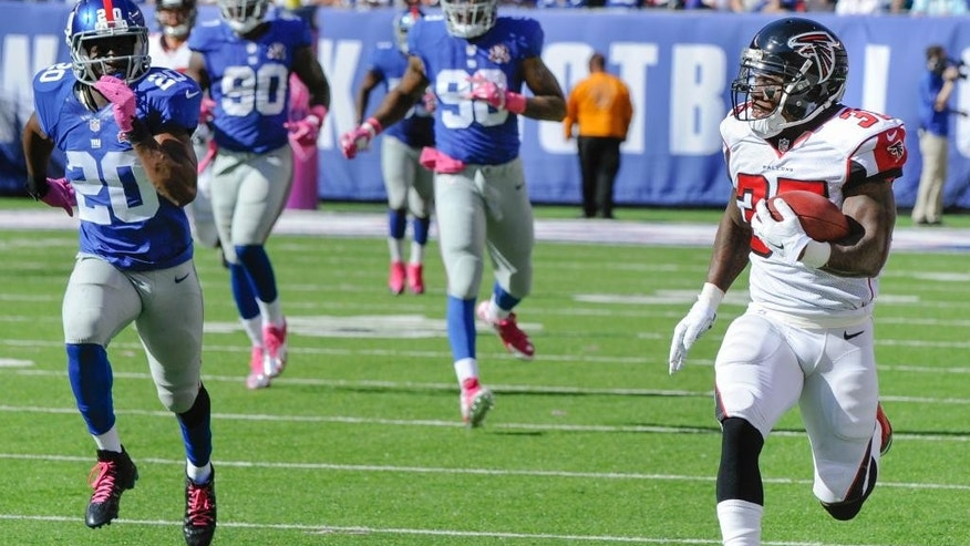 Atlanta Falcons running back Antone Smith, right, runs uncontested while scoring on a touchdown reception during the second half of an NFL football game against the New York Giants, Sunday, Oct. 5, 2014, in East Rutherford, N.J. (AP Photo/Bill Kostroun)