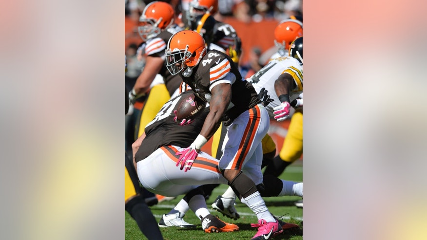Cleveland Browns running back Ben Tate runs for a touchdown against the Pittsburgh Steelers in the second quarter of an NFL football game Sunday, Oct. 12, 2014, in Cleveland. (AP Photo/David Richard)