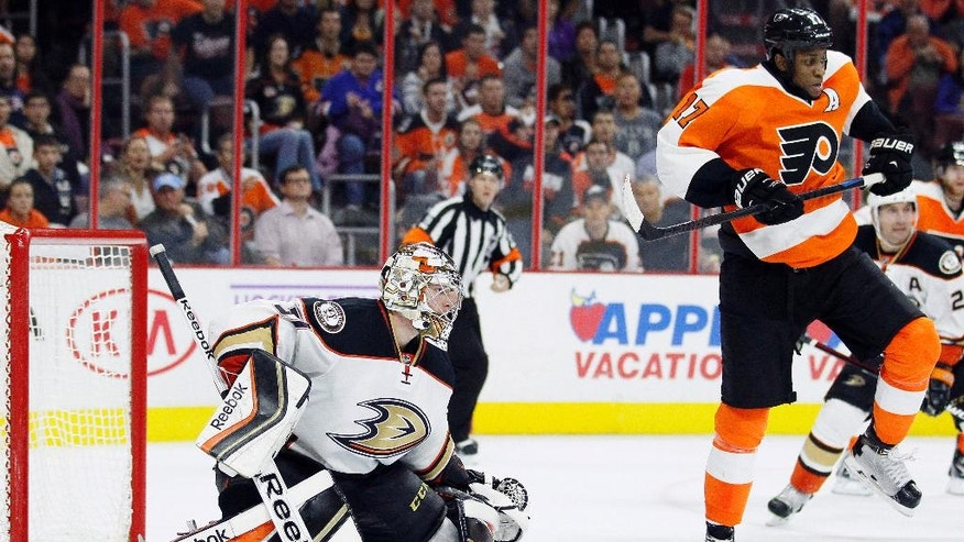The Philadelphia Flyers' Wayne Simmonds (17), right, jumps up in anticipation of a shot on the Anaheim Ducks goalie Frederik Anderson (31), left, during the second period of an NHL hockey game  Tuesday, Oct. 14, 2014, in Philadelphia. (AP Photo/Tom Mihalek)