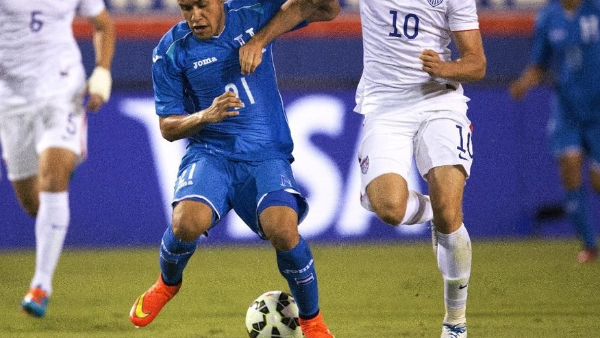 Houduras' Roger Rojas (21) and U.S. National Team's Mix Diskerud (10) battle for the ball during the first half of  an international friendly  in Boca Raton, Fla., Tuesday, Oct. 14, 2014. (AP Photo/J Pat Carter)