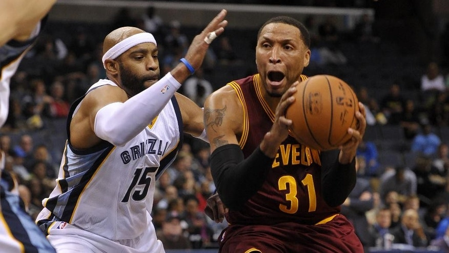 Cleveland Cavaliers forward Shawn Marion (31) drives past Memphis Grizzlies guard Vince Carter (15) during the first half of a preseason NBA basketball game Wednesday, Oct. 22, 2014, in Memphis, Tenn. (AP Photo/Brandon Dill)