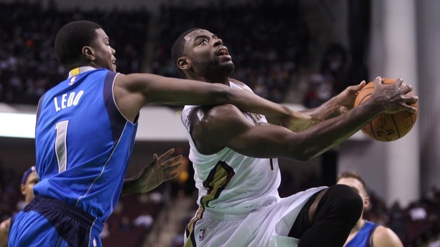 New Orleans Pelicans guard Tyreke Evans, right, drives to the basket in the first half of an NBA basketball game against the Dallas Mavericks in Bossier City, La., Thursday, Oct. 23, 2014. (AP Photo/Mike Silva)