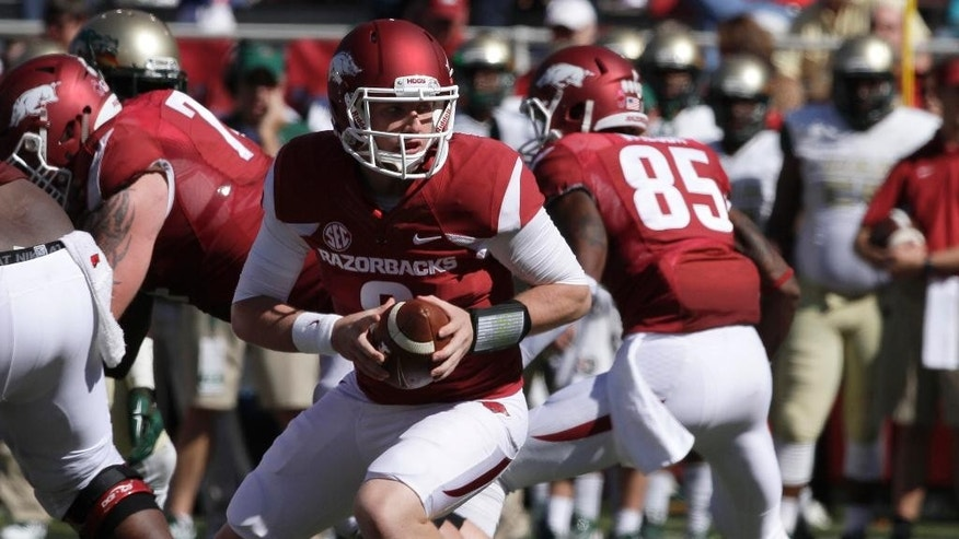 Arkansas quarterback Austin Allen, center, prepares to hand off in the second half of an NCAA college football game in Fayetteville, Ark., Saturday, Oct. 25, 2014. Arkansas defeated UAB 45-17. (AP Photo/Danny Johnston)