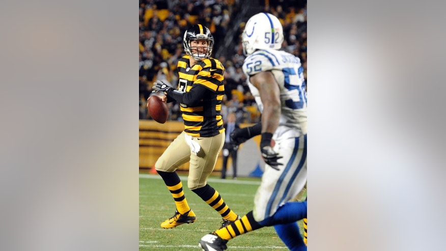 Pittsburgh Steelers quarterback Ben Roethlisberger (7) scrambles away from Indianapolis Colts inside linebacker D'Qwell Jackson (52) as he looks to pass in the fourth quarter of the NFL football game against the Indianapolis Colts, Sunday, Oct. 26, 2014, in Pittsburgh. (AP Photo/Don Wright)