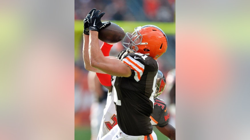 Cleveland Browns tight end Jim Dray makes a catch against the Tampa Bay Buccaneers free safety Major Wright in the third quarter of an NFL football game, Sunday, Nov. 2, 2014, in Cleveland. (AP Photo/David Richard)