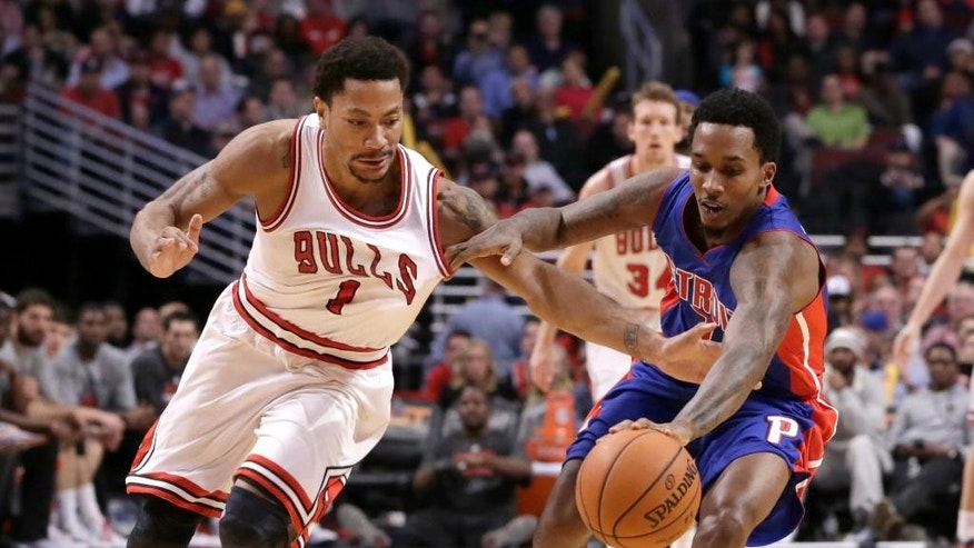Derrick Rose (1) de los Bulls de Chicago disputa un balón con Brandon Jennings (7) for a loose ball during the second half of an NBA basketball game Monday, Nov. 10, 2014, in Chicago. The Bulls won 102-91. (AP Photo/Charles Rex Arbogast)
