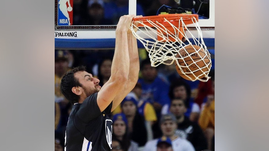 Golden State Warriors' Andrew Bogut dunks against the Charlotte Hornets during the first half of an NBA basketball game Saturday, Nov. 15, 2014, in Oakland, Calif. (AP Photo/Ben Margot)