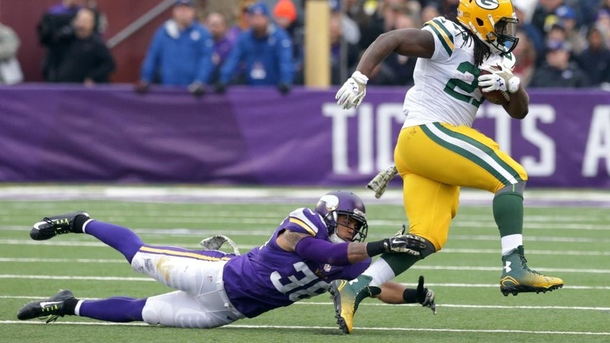 Green Bay Packers running back Eddie Lacy, right, runs from Minnesota Vikings strong safety Robert Blanton during the first half of an NFL football game, Sunday, Nov. 23, 2014, in Minneapolis. (AP Photo/Jim Mone)
