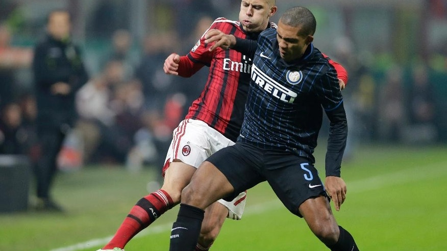 AC Milan's Jeremy Menez, left, challenges for the ball with Inter Milan's Juan Jesus during the Serie A soccer match between AC Milan and Inter Milan at the San Siro stadium in Milan, Italy, Sunday, Nov. 23, 2014. (AP Photo/Antonio Calanni)