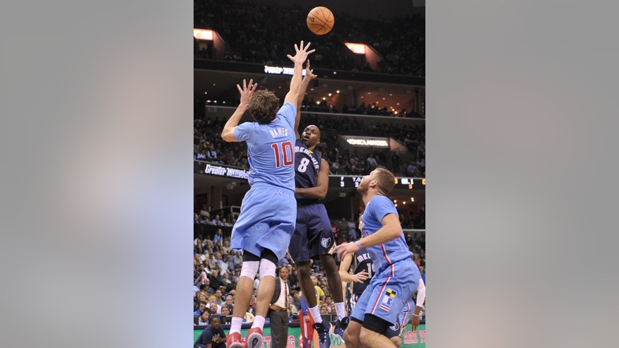 Memphis Grizzlies guard Quincy Pondexter (8) shoots over Los Angeles Clippers forward Spencer Hawes (10) while Clippers forward Blake Griffin moves to rebound in the second half of an NBA basketball game Sunday, Nov. 23, 2014, in Memphis, Tenn. The Grizzlies beat the Clippers 107-91 (AP Photo/Brandon Dill)
