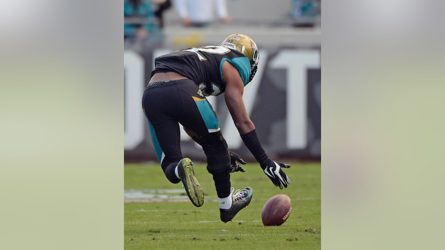 Jacksonville Jaguars' Aaron Colvin scoops up a fumble by New York Giants tight end Larry Donnell and returns it for a 41-yard touchdown during the second half of an NFL football game in Jacksonville, Fla., Sunday, Nov. 30, 2014. (AP Photo/Phelan M. Ebenhack)