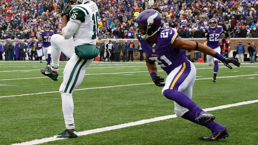New York Jets wide receiver Percy Harvin, left, catches a 35-yard touchdown pass in front of Minnesota Vikings cornerback Josh Robinson during the first half of an NFL football game, Sunday, Dec. 7, 2014, in Minneapolis. (AP Photo/Alex Brandon)