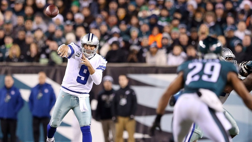 PHILADELPHIA, PA - DECEMBER 14:  Tony Romo #9 of the Dallas Cowboys throws a pass during the game against the Philadelphia Eagles at Lincoln Financial Field on December 14, 2014 in Philadelphia, Pennsylvania.  (Photo by Mitchell Leff/Getty Images)