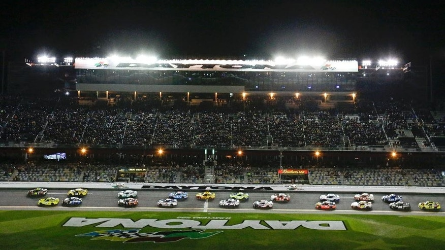 Jeff Gordon, top left, and Matt Kenseth, bottom left, lead the field to start the first of two qualifying races for the Daytona 500 NASCAR Sprint Cup Series auto race at Daytona International Speedway, Thursday, Feb. 19, 2015, in Daytona Beach, Fla. (AP Photo/John Raoux)