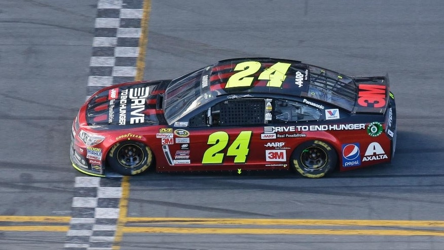 Jeff Gordon (24) leads the Daytona 500 NASCAR Sprint Cup series auto race after completing 101 of 200 laps at Daytona International Speedway, Sunday, Feb. 22, 2015, in Daytona Beach, Fla. (AP Photo/John Raoux)