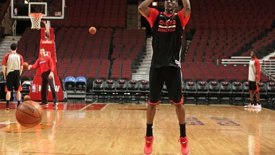 In this Thursday, March 5, 2015, photo, Chicago Bulls' Tony Snell participates in an NBA basketball morning shootaround before an evening game against the Oklahoma City Thunder in Chicago. Sleep studies suggest that early morning workout hours before a game may not be ideal. Some NBA teams have even dabbled with eliminating the traditional shootaround.(AP Photo/M. Spencer Green)