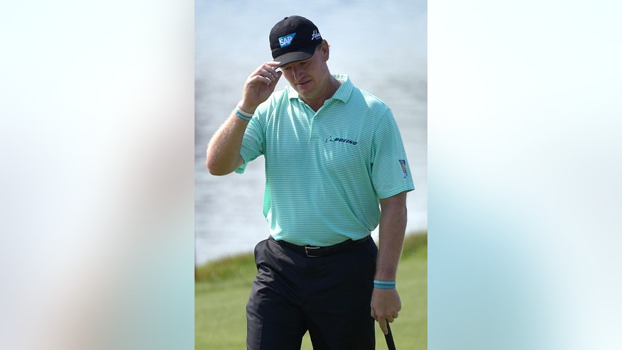 Ernie Els, of South Africa, tips his hat to the crowd,while walking up to the 18th green, during the second round of the Arnold Palmer Invitational golf tournament in Orlando, Fla., Friday, March 20, 2015. (AP Photo/Phelan M. Ebenhack)