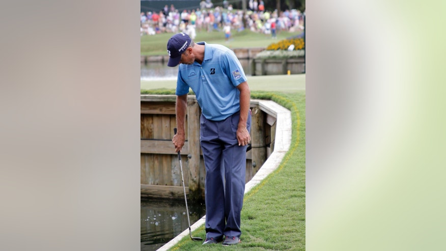 Matt Kuchar chips with a backhand after his ball was too close to the edge of the rough on the 17th green during the second round of The Players Championship golf tournament Friday, May 8, 2015, in Ponte Vedra Beach, Fla. (AP Photo/John Raoux)