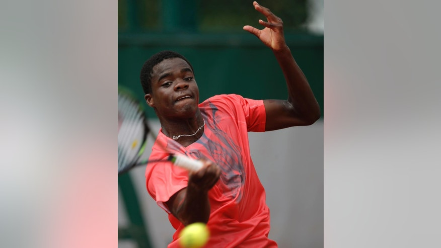 USA's Frances Tiafoe returns the ball to Slovakia's Martin Klizan during their first round match of the French Open tennis tournament at the Roland Garros stadium, Monday, May 25, 2015 in Paris,  (AP Photo/Francois Mori)
