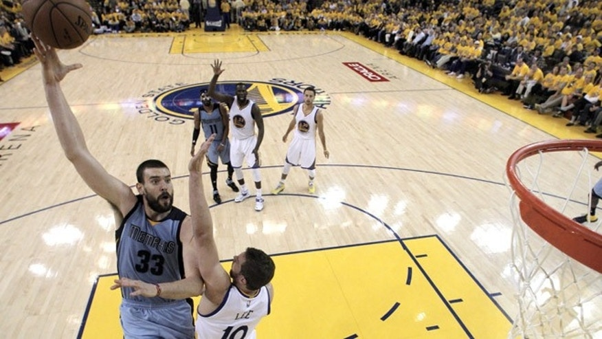 OAKLAND, CA - MAY 13:  Marc Gasol #33 of the Memphis Grizzlies shoots over David Lee #10 of the Golden State Warriors during Game Five of the Western Conference Semifinals of the NBA Playoffs at ORACLE Arena on May 13, 2015 in Oakland, California. NOTE TO USER: User expressly acknowledges and agrees that, by downloading and or using this photograph, User is consenting to the terms and conditions of the Getty Images License Agreement.  ((Photo by Carlos Gonzalez - Pool /Getty Images)