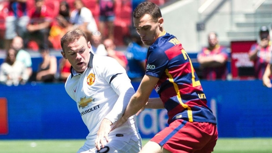 SANTA CLARA, CA - JULY 25: Wayne Rooney #10 of Manchester United balltes Thomas Vermaelen #23 of Barcelona during the International Champions Cup 2015 match between FC Barcelona and Manchester United at Levi's Stadium on July 25, 2015 in Santa Clara, California. Manchester United won the match 3-1. (Photo by Shaun Clark/Getty Images)