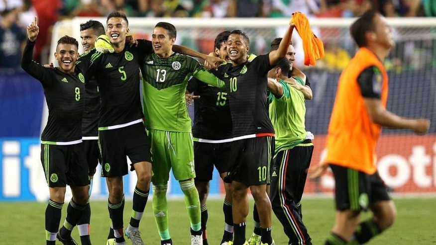 PHILADELPHIA, PA - JULY 26: Giovani Dos Santos #10 of Mexico and teammates celebrate after defeating Jamaica in the CONCACAF Gold Cup Final at Lincoln Financial Field on July 26, 2015 in Philadelphia, Pennsylvania. Mexico won, 3-1. (Photo by Patrick Smith/Getty Images)