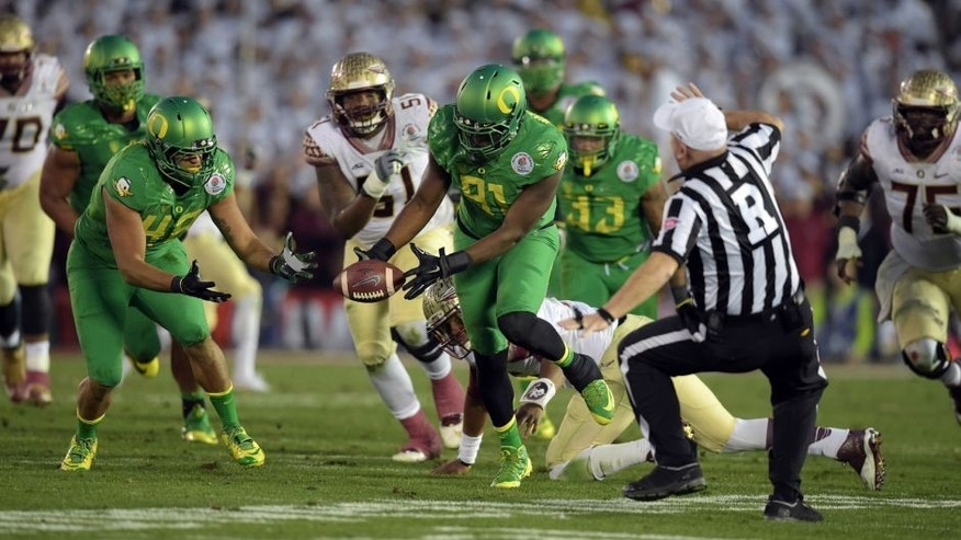 Jan 1, 2015; Pasadena, CA, USA; Oregon Ducks linebacker Tony Washington (91) recovers a fumble from Florida State Seminoles quarterback Jameis Winston (5) to score a touchdown during the second half in the 2015 Rose Bowl college football game at Rose Bowl. Mandatory Credit: Kirby Lee-USA TODAY Sports