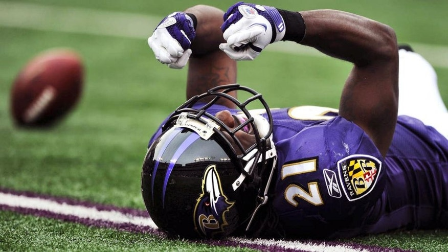 BALTIMORE, MD - NOVEMBER 20: Corner back Lardarius Webb #21 of the Baltimore Ravens shows his frustration after missing an interception against the Cincinnati Bengals in the second quarter at M&T Bank Stadium on November 20, 2011 in Baltimore, Maryland. (Photo by Patrick Smith/Getty Images)