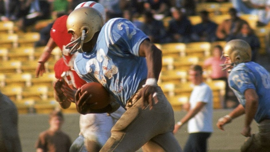 LOS ANGELES - NOVEMBER 19: UCLA Bruins running back Mel Farr #22 runs upfield against the USC Trojans at the Los Angeles Memorial Coliseum on November 19, 1966 in Los Angeles, California. The Bruins defeated the Trojans 14-7. (Photo by James Flores/Getty Images)