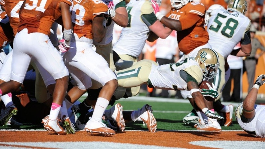 Austin, TX, USA; Baylor Bears running back Shock Linwood (center) scores a touchdown against the Texas Longhorns during the second half at Darrell K Royal-Texas Memorial Stadium. Baylor beat Texas 28-7. Mandatory Credit: Brendan Maloney-USA TODAY Sports