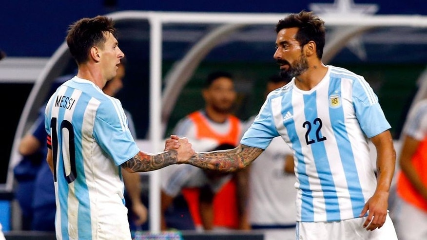 ARLINGTON, UNITED STATES - SEPTEMBER 08: Lionel Messi of Argentina (L) shakes hands with teammate Ezequiel Lavezzi (R) after a friendly match between Argentina and Mexico at AT&T Stadium on September 08, 2015 in Arlington, United States. (Photo by Mike Stone/LatinContent/Getty Images)