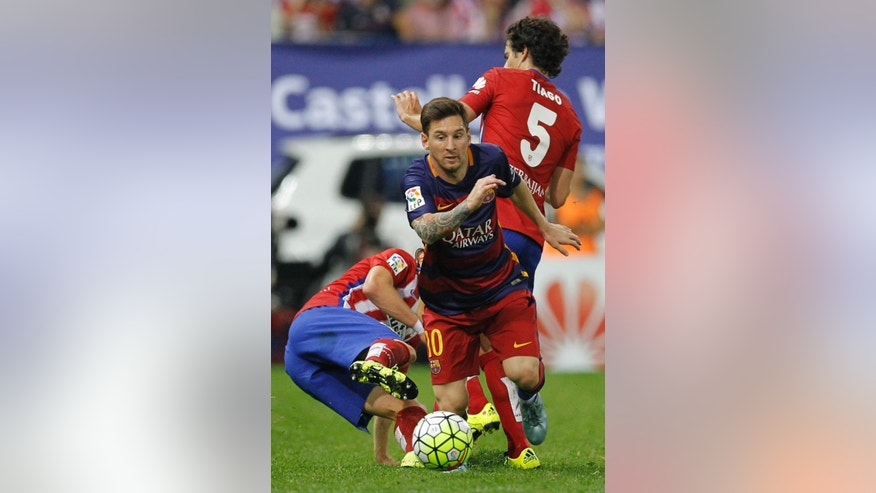 Barcelona's Lionel Messi, breaks through the Atletico defence during a Spanish La Liga soccer match between Atletico Madrid and Barcelona at the Vicente Calderon stadium in Madrid, Spain, Saturday Sept. 12, 2015. (AP Photo/Paul White)
