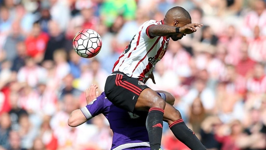 Sunderland's Jermain Defoe, right, vies for the ball with Tottenham Hotspur's Jan Vertonghen, left, during their English Premier League soccer match between Sunderland and Tottenham Hotspur at the Stadium of Light, Sunderland, England, Sunday, Sept. 13, 2015. (AP Photo/Scott Heppell)