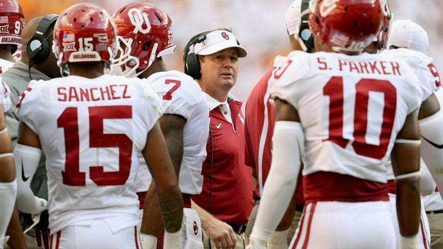 KNOXVILLE, TN - SEPTEMBER 12: Bob Stoops the head coach of the Oklahoma Sooners talks to his team against the Tennessee Volunteers at Neyland Stadium on September 12, 2015 in Knoxville, Tennessee. (Photo by Andy Lyons/Getty Images)