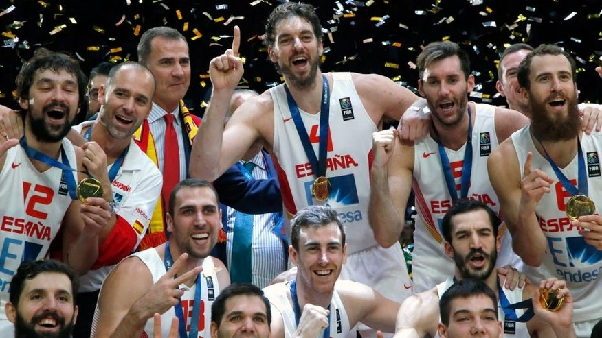 CAPTION ADDS SPAIN'S KING FELIPE - Pau Gasol of Spain, standing center, celebrates with Spain's King Felipe VI, center left, and teammates after winning the EuroBasket European Basketball Championship final match against Lithuania at the Pierre Mauroy stadium in Lille, northern France, Sunday, Sept. 20, 2015. Spain defeated Lithuania in their gold medal match 80-63. (AP Photo/Michel Euler)