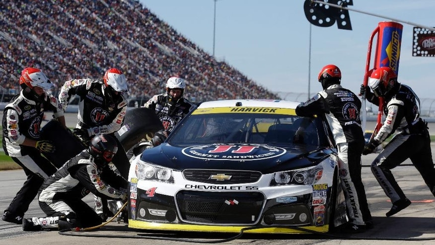 Kevin Harvick (4) makes a pit stop during the NASCAR Sprint Cup Series auto race at Chicagoland Speedway, Sunday, Sept. 20, 2015, in Joliet, Ill. (AP Photo/Nam Y. Huh)
