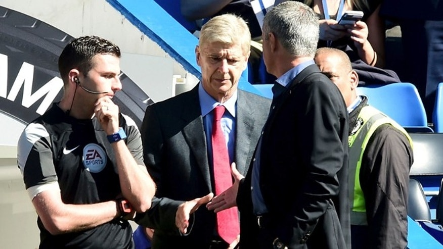 Chelsea manager Jose Mourinho, centre right, and Arsenal manager Arsene Wenger, centre, shake hands before kick-off of their English Premier League match at Stamford Bridge, London Saturday Sept. 19, 2015. (Adam Davy/PA via AP) UNITED KINGDOM OUT  NO SALES NO ARCHIVE