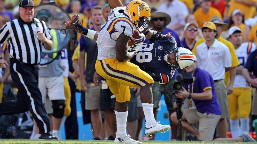 BATON ROUGE, LA - SEPTEMBER 19: Leonard Fournette #7 of the Louisiana State University Tigers eludes the tackle of Tray Matthews #28 the Auburn University Tigers and runs for a touchdown at Tiger Stadium on September 19, 2015 in Baton Rouge, Louisiana. The LSU Tigers the Auburn Tigers 45-21. (Photo by Layne Murdoch/Getty Images)