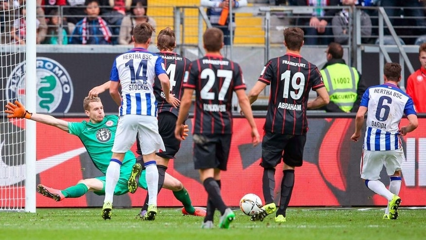 FRANKFURT AM MAIN, GERMANY - SEPTEMBER 27: Vladimir Darida of Berlin scores his team's first goal against goalkeeper Lukas Hradecky of Frankfurt during the Bundesliga match between Eintracht Frankfurt and Hertha BSC at Commerzbank-Arena on September 27, 2015 in Frankfurt am Main, Germany. (Photo by Simon Hofmann/Bongarts/Getty Images)