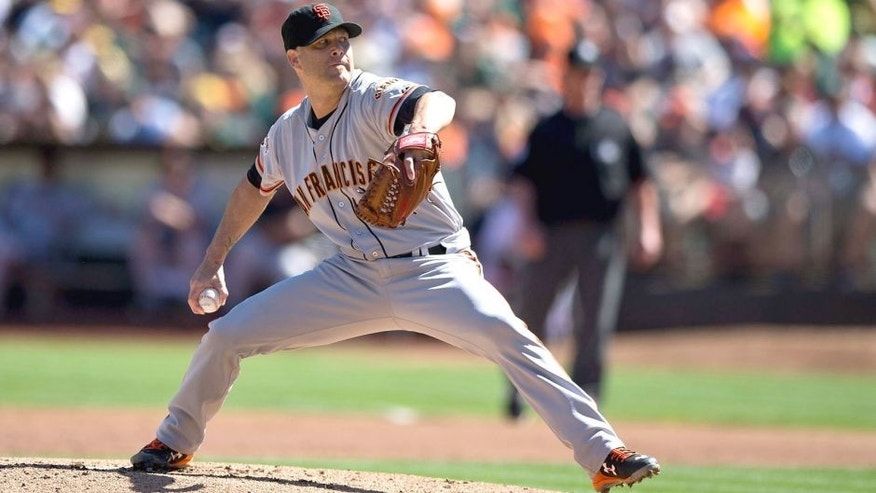 OAKLAND, CA - SEPTEMBER 26: Tim Hudson #17 of the San Francisco Giants pitches against the Oakland Athletics during the first inning at O.co Coliseum on September 26, 2015 in Oakland, California. The San Francisco Giants defeated the Oakland Athletics 14-10. (Photo by Jason O. Watson/Getty Images)