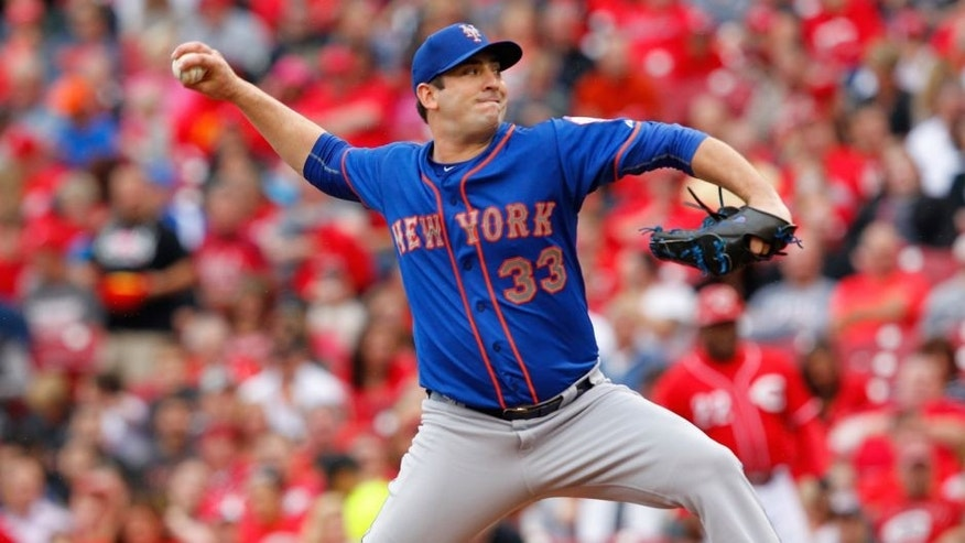 CINCINNATI, OH - SEPTEMBER 27: Matt Harvey #33 of the New York Mets throws a pitch during their game against the Cincinnati Reds at Great American Ball Park on September 26, 2015 in Cincinnati, Ohio. (Photo by John Sommers II/Getty Images)
