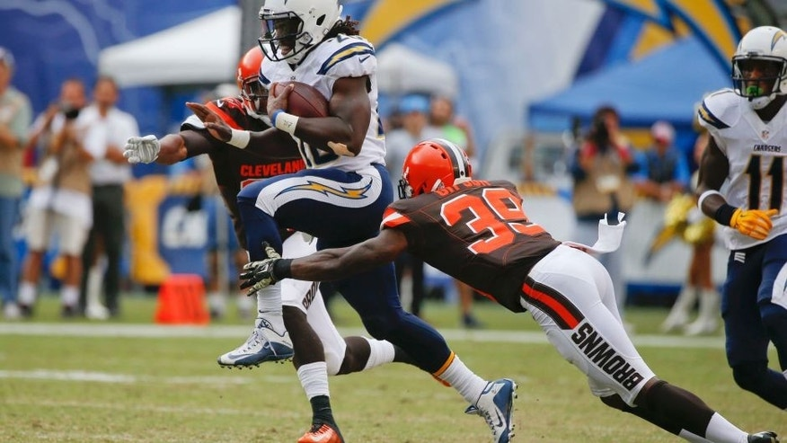San Diego Chargers running back Melvin Gordon moves past Cleveland Browns free safety Tashaun Gipson (39) and cornerback Justin Gilbert, left, during the first half in an NFL football game Sunday, Oct. 4, 2015, in San Diego. (AP Photo/Lenny Ignelzi)