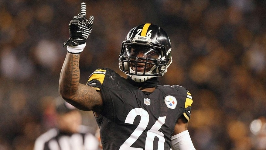Dec 28, 2014; Pittsburgh, PA, USA; Pittsburgh Steelers running back Le'Veon Bell (26) celebrates a first down against the Cincinnati Bengals in the first half at Heinz Field. Mandatory Credit: Jason Bridge-USA TODAY Sports