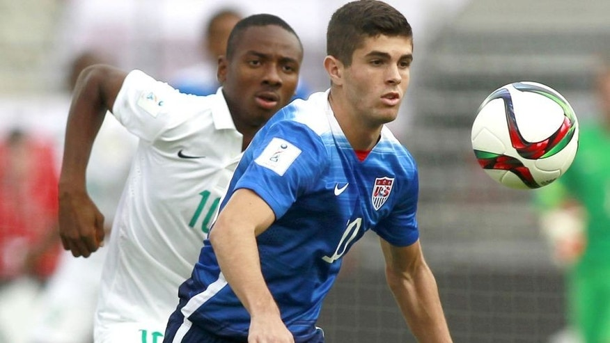 US player Christian Pulisic (R) vie the ball with Nigeria Keleshi Nwala (L) during an Under 17 World Cup football match between Nigeria and the United States at the Estadio Nacional in Santiago on October 17, 2015.AFP PHOTO/MARCELO HERNANDEZ/PHOTOSPORT (Photo credit should read MARCELO HERNANDEZ/AFP/Getty Images)