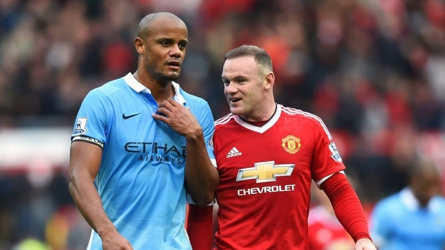 MANCHESTER, ENGLAND - OCTOBER 25: Wayne Rooney of Manchester United and Vincent Kompany of Manchester City talk as they leave the pitch at half time during the Barclays Premier League match between Manchester United and Manchester City at Old Trafford on October 25, 2015 in Manchester, England. (Photo by Michael Regan/Getty Images)