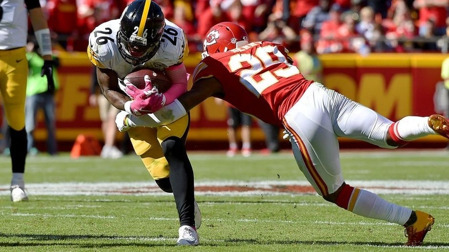 KANSAS CITY, MO - OCTOBER 25: Le'Veon Bell #26 of the Pittsburgh Steelers is tackled after a rush by Eric Berry #29 of the Kansas City Chiefs at Arrowhead Stadium during the game on October 25, 2015 in Kansas City, Missouri. (Photo by Peter Aiken/Getty Images)