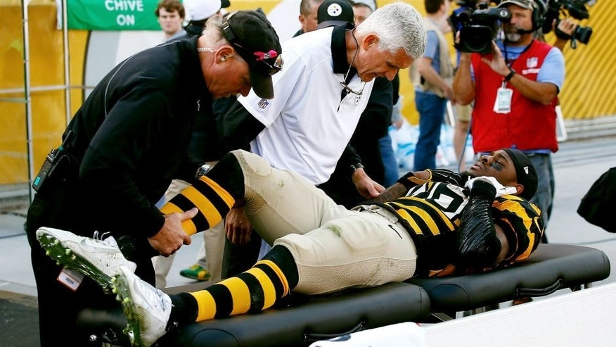 PITTSBURGH, PA - NOVEMBER 01: Medical staff tend to Le'Veon Bell # 26 of the Pittsburgh Steelers after being injured in the 2nd quarter of the game against the Cincinnati Bengals during the game at Heinz Field on November 1, 2015 in Pittsburgh, Pennsylvania. (Photo by Jared Wickerham/Getty Images)