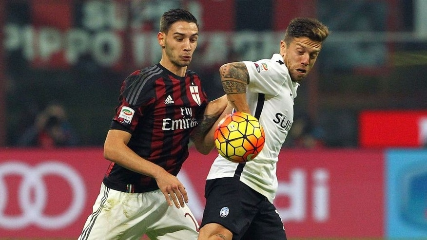 MILAN, ITALY - NOVEMBER 07: Alejandro Dario Gomez (R) of Atalanta BC competes for the ball with Mattia De Sciglio (L) of AC Milan during the Serie A match between AC Milan and Atalanta BC at Stadio Giuseppe Meazza on November 7, 2015 in Milan, Italy. (Photo by Marco Luzzani/Getty Images)